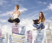 Estudiantes sobre pilotes de libro — Foto de Stock