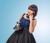 Młoda kobieta rozmowy na telefon — Zdjęcie stockowe