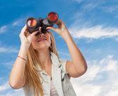 Mujer mirando a través de binoculares — Foto de Stock