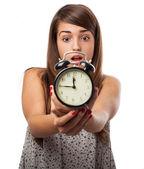 Vrouw bedrijf alarm clock — Stockfoto