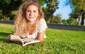 женщина чтение книги — Стоковое фото