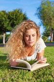 Libro de lectura de mujer — Foto de Stock