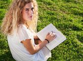 Vrouw bedrijf boek — Stockfoto