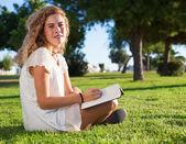 женщина, держащая книгу — Стоковое фото