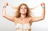 Женщина, касаясь ее волосы — Стоковое фото