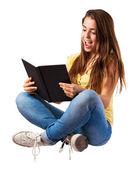 Kvinna läsa bok — Stockfoto