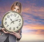 Relógio de exploração de mulher de negócios — Foto Stock