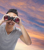 Man looking through binoculars — Stockfoto