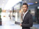 Geschäftsmann mit tablet — Stockfoto