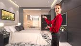 Empresaria gesticular en hotel — Foto de Stock
