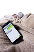手机屏幕显示文本的邮件,而男性是躺在床上 — Stockfoto