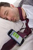 Homem dormindo e recebimento de mensagens de texto do trabalho — Fotografia Stock