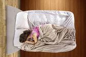 Flickan rädd ensam i sovrummet — Stockfoto