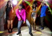 Gente bailando en la discoteca — Foto de Stock