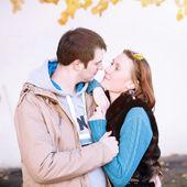 Couple admiring each other in autumn city — Foto de Stock