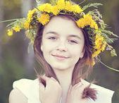 Schattig klein meisje op de weide — Stockfoto