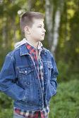 мальчик стоит в парке — Стоковое фото