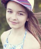 маленькая девочка в шляпе на открытом воздухе — Стоковое фото