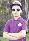 мальчик в шапку и очки на открытом воздухе — Стоковое фото