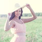женщина в соломенной шляпе на открытом воздухе — Стоковое фото