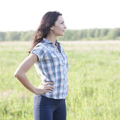 Woman  looks into the distance outdoors — Stock fotografie
