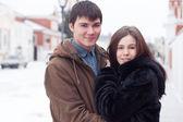 Młoda para szczęśliwy w mieście zimą — Zdjęcie stockowe