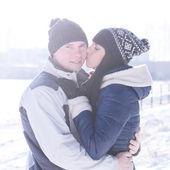 年轻的夫妇在冬天在性质上接吻 — 图库照片