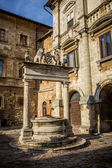 Ancient well on Piazza Grande square in Montepulciano, Tuscany — Stock Photo