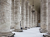 Colonnade with snow in St. Peter's Basilica (Basilica di San Pie — Stock Photo