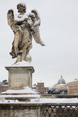 Angel con corona de espina en sant puente de angelo, roma (italia). — Foto de Stock