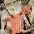 Woman sings at the bull jumping ceremony, Ethiopia — Stock Photo