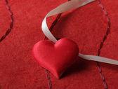 Cœur, isolé sur fond rouge — Photo