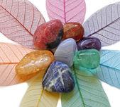 Çakra kristalleri yapraklarda — Stok fotoğraf