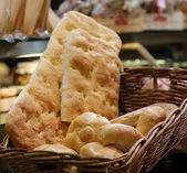 Bread in basket, market stall — Stockfoto