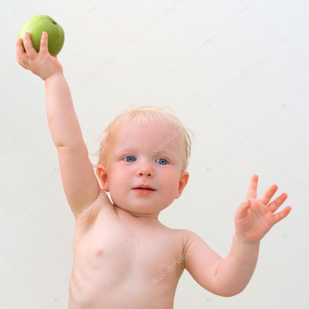 可爱的宝宝与青苹果 - 图库图片