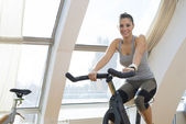 Flicka i ett gym — Stockfoto