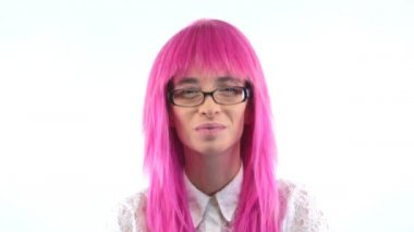 Woman in pink wig talking to camera — Stock Video