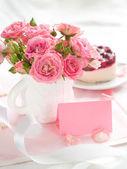 ροζ τριαντάφυλλα και κέικ — Φωτογραφία Αρχείου