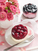 Berry cakes and pink roses — Foto Stock