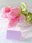 Tulipas cor de rosa com cartão vazio — Fotografia Stock