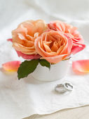 Pink roses and rings — Stock Photo