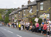 Greetland, England, JUL 06:  Crowd of people wainting for the cy — 图库照片