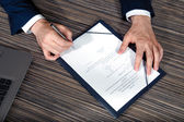 Крупным планом человеческой руки, подписание документа — Стоковое фото
