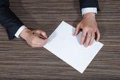 Zakenman ondertekening van het document. — Stockfoto