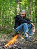 Homem triste em um incêndio — Foto Stock