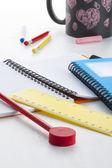 Ferramentas de escrita colorida na mesa de crianças jovens — Fotografia Stock