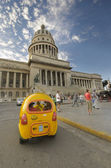 Havana capitoly and coctaxi, dec 2009 — Stock Photo