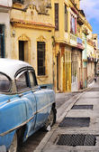 Colorful Havana facades and oldtimer — Stock Photo