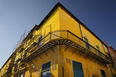 Yellow building facade in Old Havana — Stock Photo