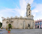 Colonial church in Old Havana plaza — Stock Photo